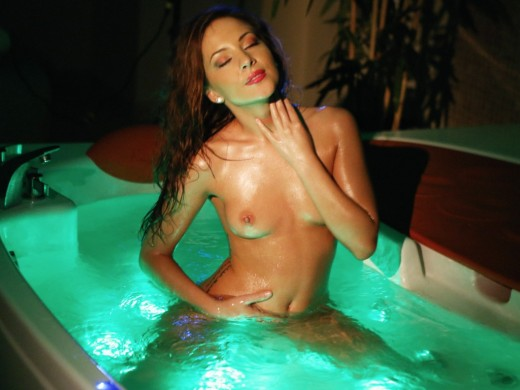 LJ camgirl ExquisiteElla wet & nude in bath