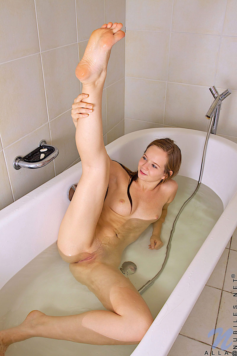 Ragazze Si Masturbano Sotto La Doccia (girls Masturbate In The Shower)
